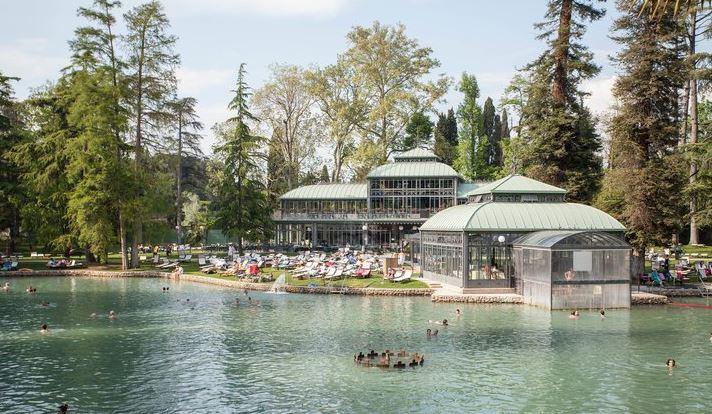 מסעדה ואגם